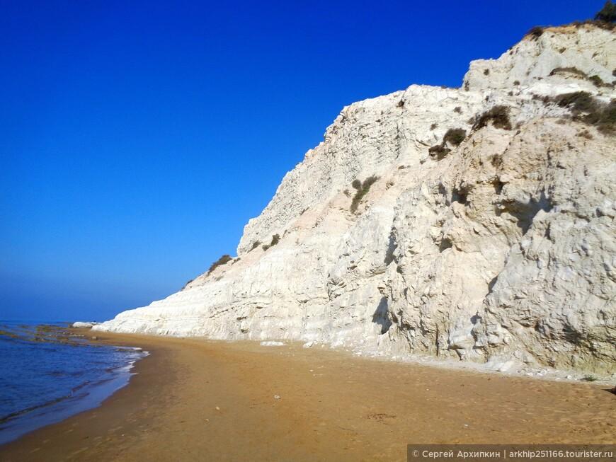 Реалмонте остался за этой скалой- а я продолжил идти к Турецкой лестнице вдоль кромки моря