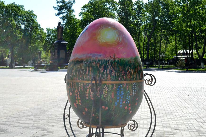 памятник яйцу  у Благовещенского Собора