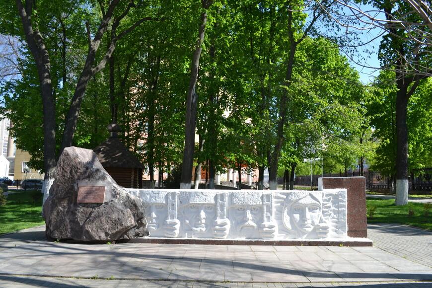 рядом с Собором не большая  мемориальный плитка  посвещенная Стрелковому Полку
