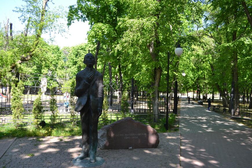 скульптура поэта Осипа Мандельштама, установленная в Воронеже на входе в парк «Орлёнок