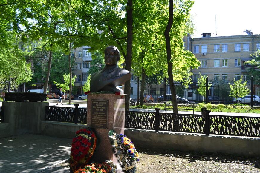 памятник Полковнику Гвардии Вайцеховскому  там же  в парке