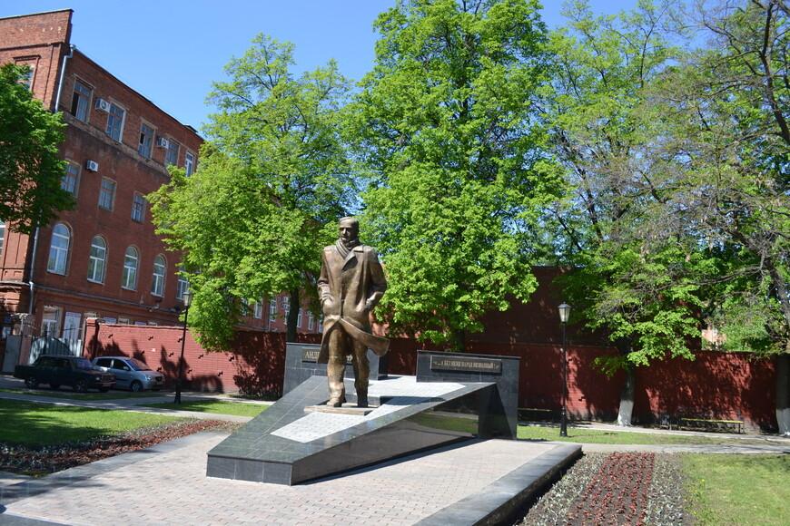 Памятник Платонову  на Пр. Революции