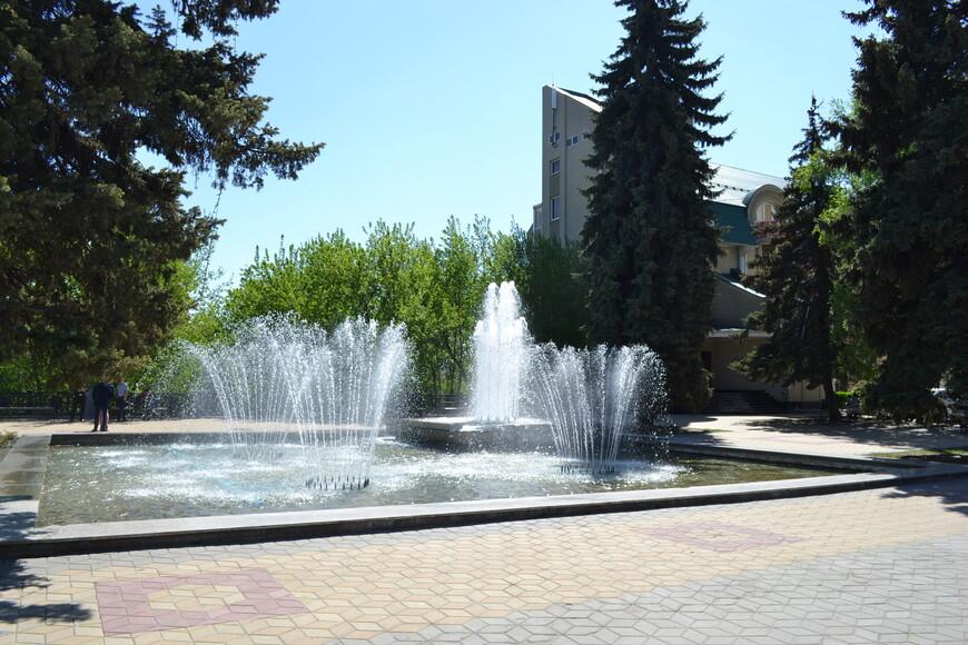 не большой сквер с фонтаном