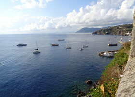 На остров Липари к северу от Сицилии