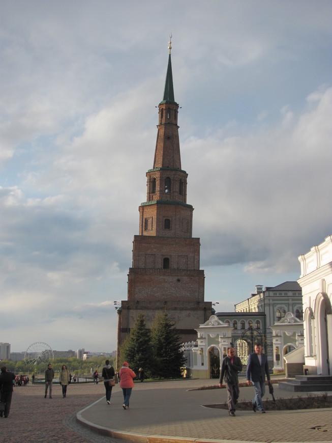 Падающая башня Сююмбике. По одной из версий башня была построена в период расцвета Казанского ханства в 12 -15-х  веках. Тогда она была дозорной и называлась Казанским минаретом. Если следовать этой версии, то она является единственным сохранившимся памятником татарской архитектуры тех времен в Казани.