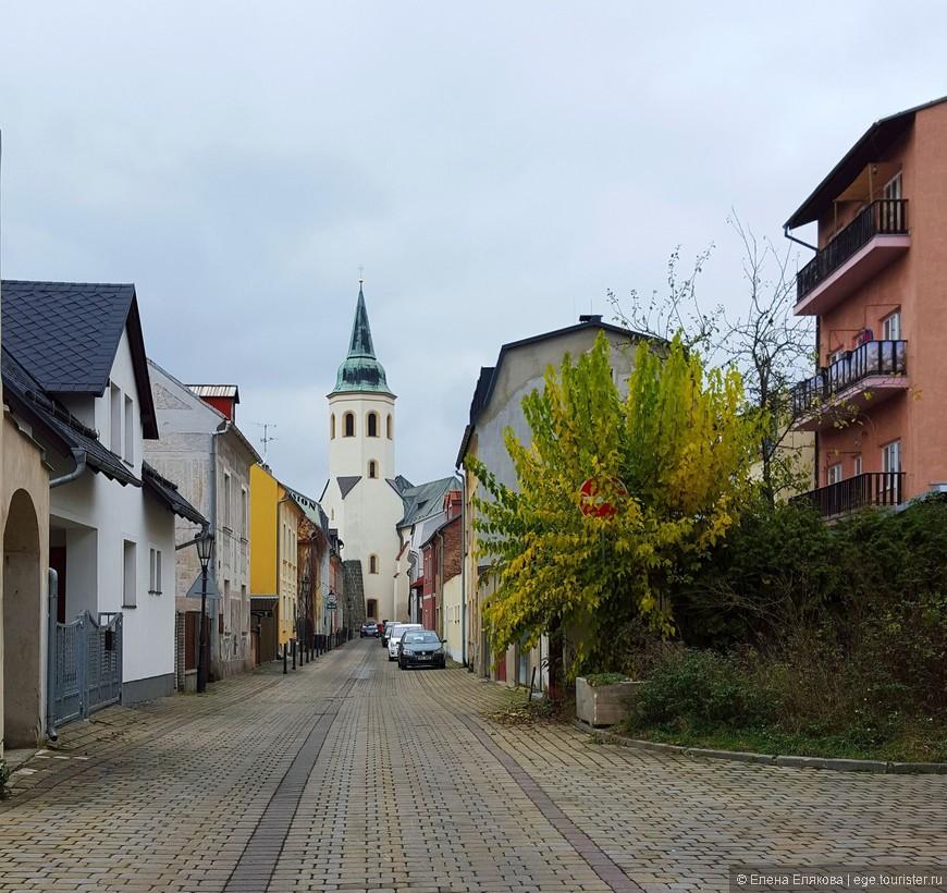 Впереди виден костел Св. Михаила (kostel sv.Michaela), который впервые упоминается в 1384 году.