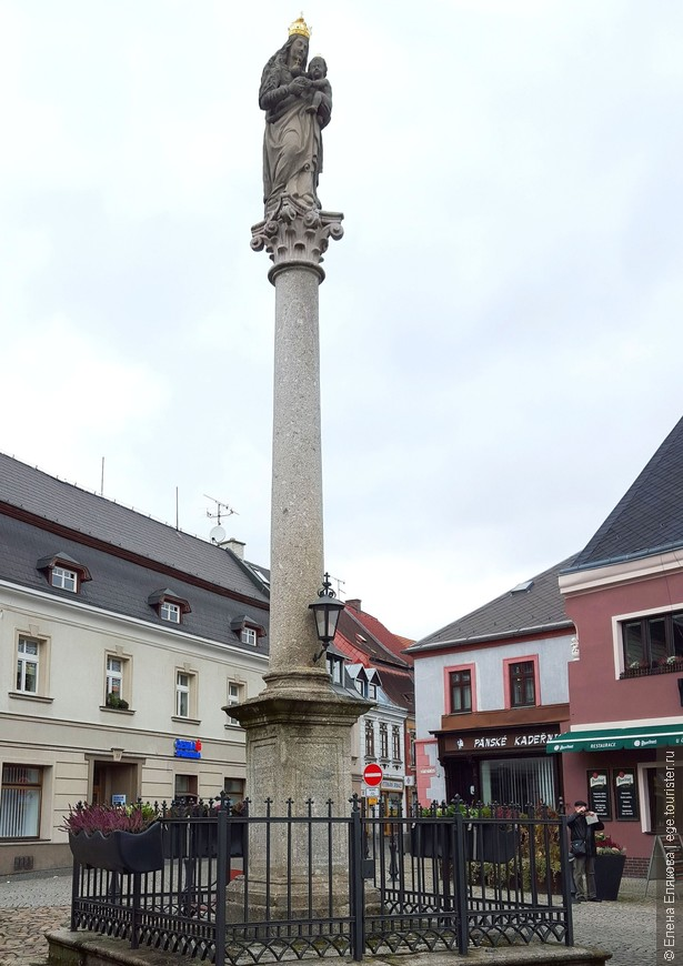 Чумной столб (Sloup se sochou Panny Marie), установленный рядом с Ратушей на Старой площади (Staré náměstí) в 1675 году, увенчан статуей Девы Марии.