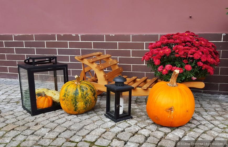 Мы были в Чехии в ноябре и во всех городах (Праге, КВ и здесь) встречали симпатичные композиции, посвященные Хэллоуину.