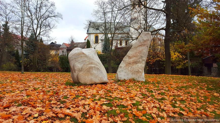 После осмотра Ареала монастыря мы вернулись в парк. Замковый парк разбит в 1625 году, раньше здесь было много скульптур и фонтанов. В настоящее время большинство скульптур убрали. Кроме этих скульптурных камней мы видели только одну скульптуру Святого возле мостика. За камнями, через речку Быстрицу виден костел Св. Михаила.