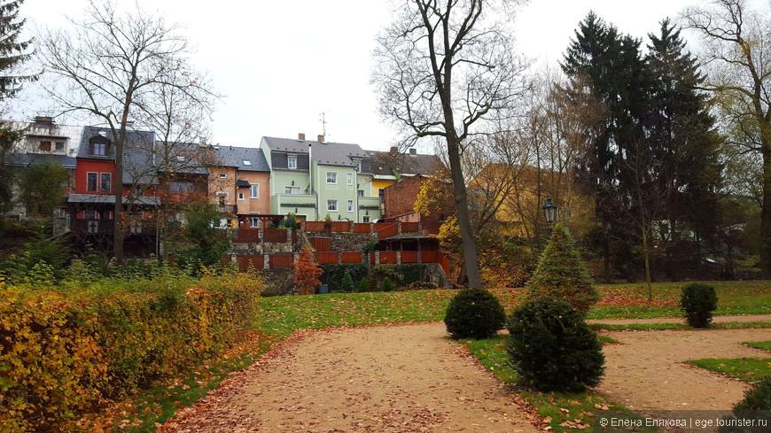 Замковый парк и живописные  домики на другой стороне речки