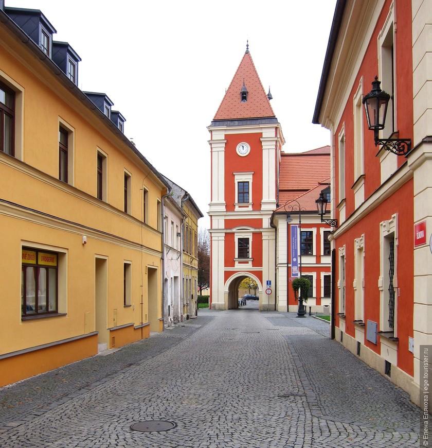 Справа - Замок Острова, от арки совсем близко автобусная остановка.