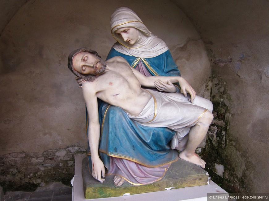 Справа от часовни Девы Марии Айнзидельнской в каменной нише установлена трогательная скульптура Богоматери и Иисуса.