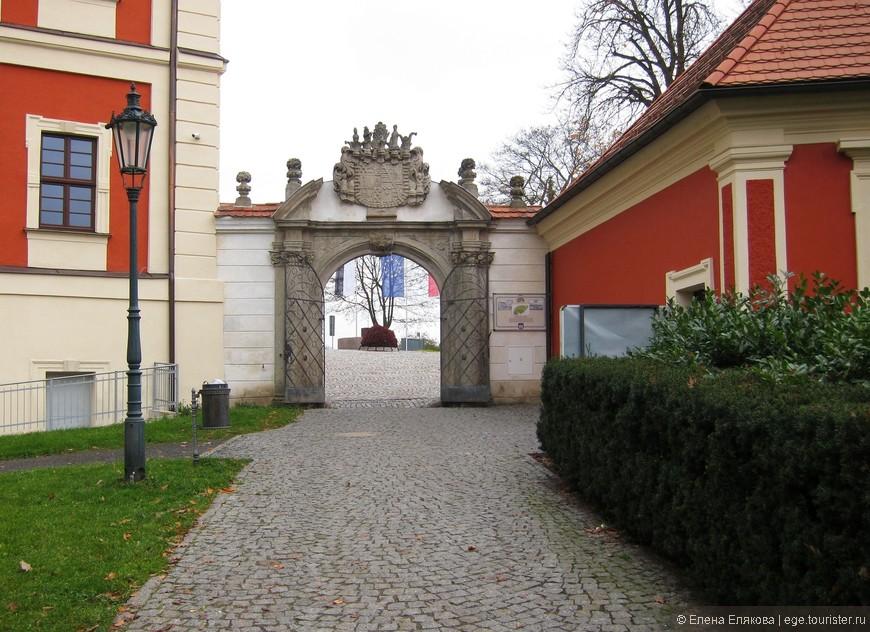 Великолепные Белые ворота (1690 г.), ведущие в замковый парк, и соединяющие в настоящее время Замок Острова и Дворец принца.