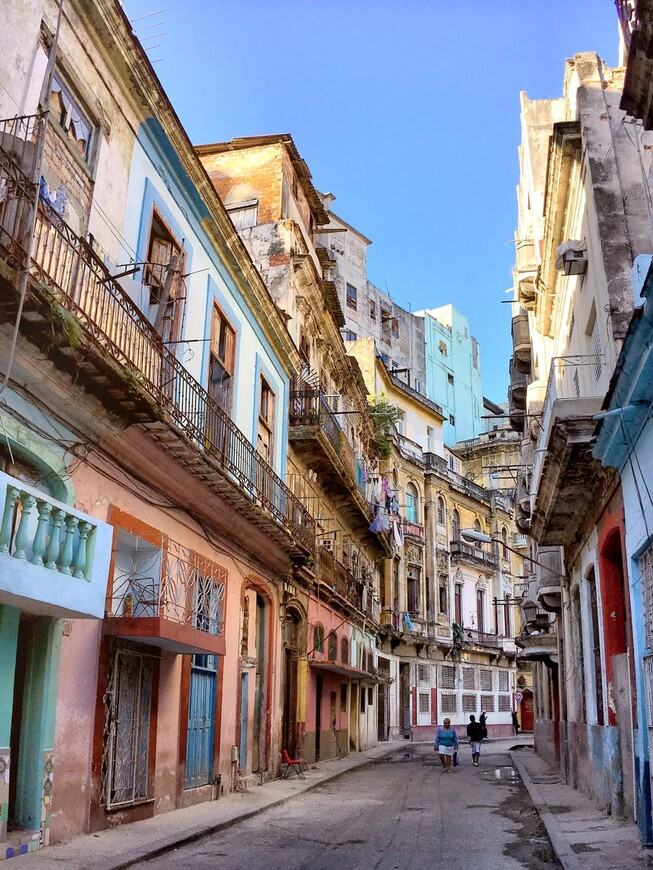 Колоритные улочки Гаваны лучше всего снимать рано утром, пока они ещё не успели заполниться толпами зевак-туристов