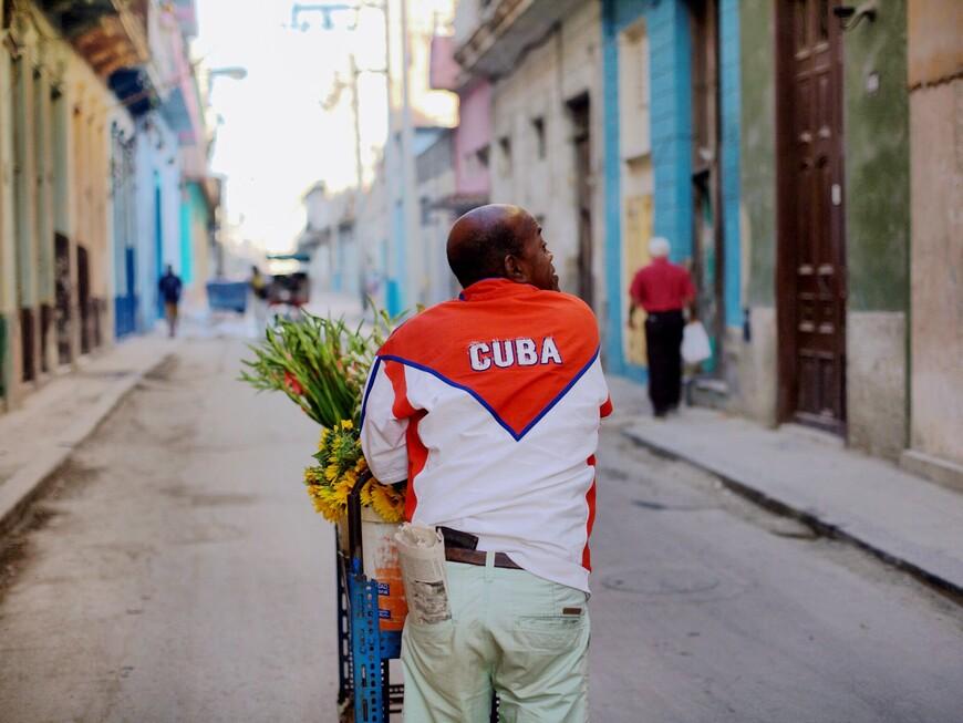 Утро Дня святого Валентина в Гаване. Самый прибыльный день в году для торговца цветами)