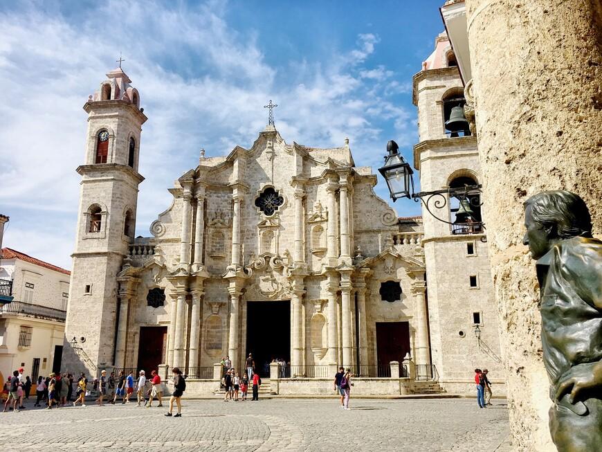 Кафедральная площадь и испанский актёр Антонио Гадес, наблюдающий за бесконечным потоком туристов.