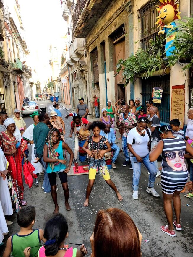 А этот праздник я застал случайно, прогуливаясь по улочкам центральной Гаваны. Умеют всё-таки кубинцы радоваться жизни.