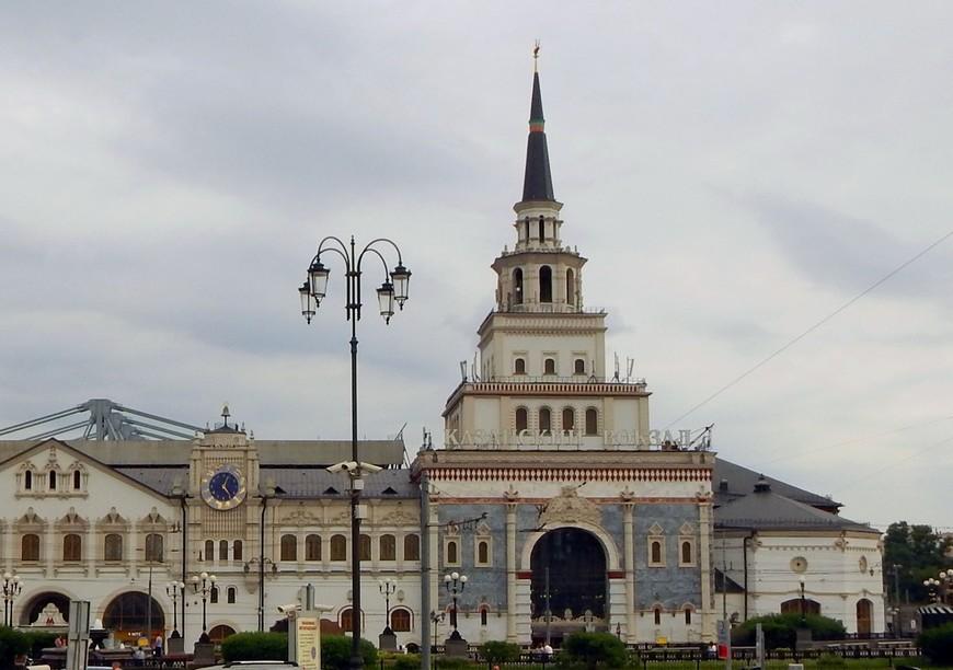 Башня Казанского вокзала в Москве стилизована под башню Сююмбике  (фото из интернета), а венчает шпиль  дракон Зилант, который изображён на древнем гербе Казани. Вот так путешествие в Казань у нас началось на Казанском вокзале Москвы.
