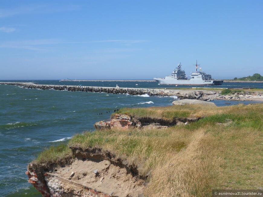 Военный корабль выходит в море