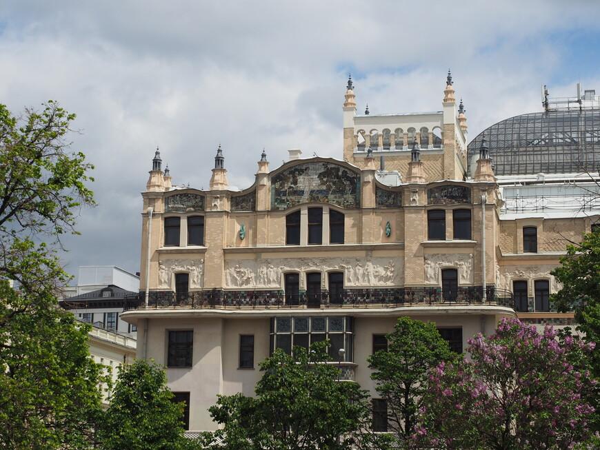 Фото альбома, которое нам нравится более всего. Видна стеклянная крыша центрального зала Метрополя и квадратная башенка со стеклянным куполом главного атриума отеля. Еще цветет сирень и у нее есть оттенки, совпадающие с некоторыми цветами  майоликовых панно.