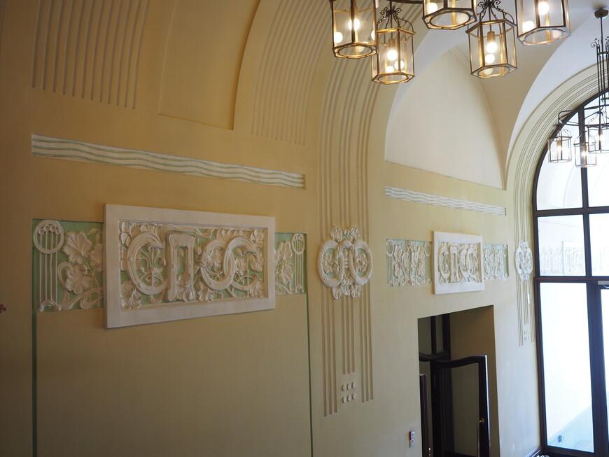 Старинный балерьеф 18-го века, посвященный первому владельцу здания Санкт-Петербургскому Обществу Страхований или сокращенно СПОС.
