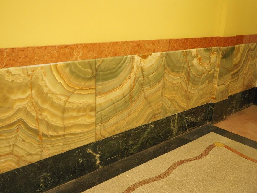 В интерьерах отеля сохранились элементы украшения с использованием полудрагоценного камня оникса. Удивительно, что они сохранились в перипетиях 20-го века.