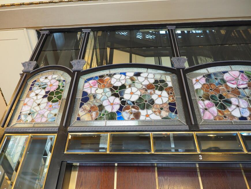 Майоликовые панно на лифтах выполнены по эскизам Васнецова.