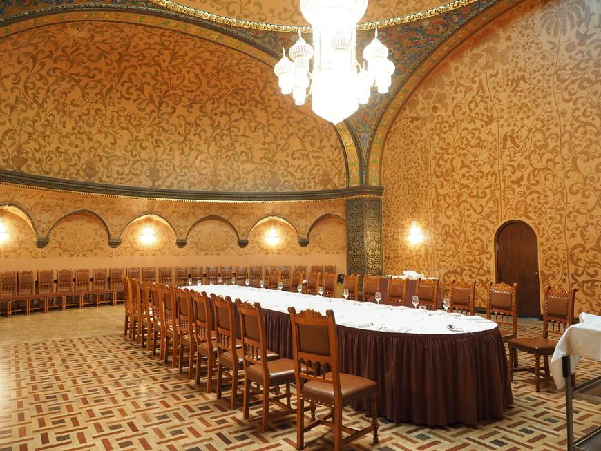 В отличие от фасадов, выдержанных в строгом стилистическом единстве, внутреннее убранство отеля весьма разнообразно: здесь есть интерьеры в самых различных стилях. Например, этот банкетный зал, который получил название Боярский, оформлен в псевдорусском шатровом стиле. Но если сказать точнее, то это просто русский китч.