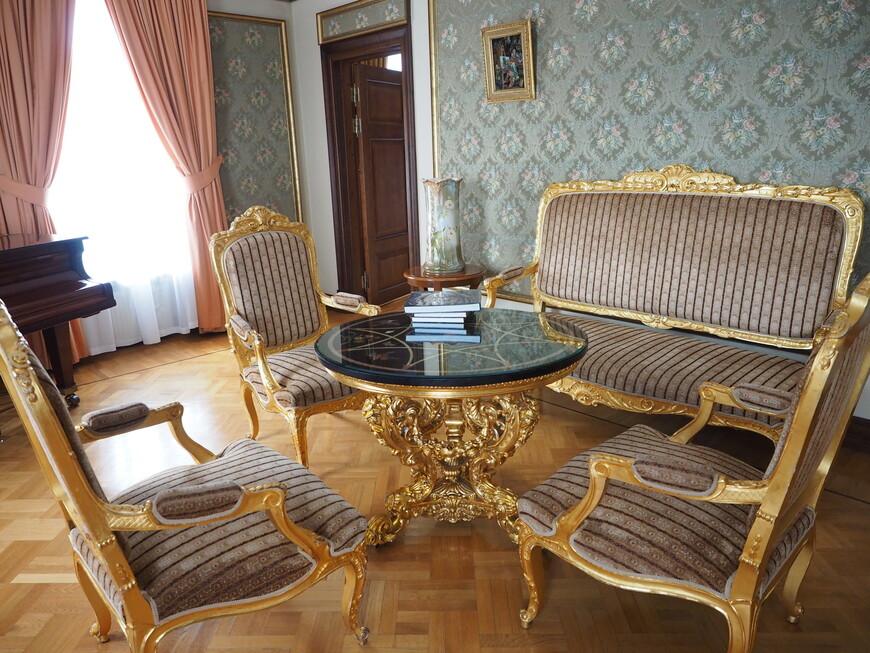 Антикварная мебель в номере. Находится на строгом учете у государства.