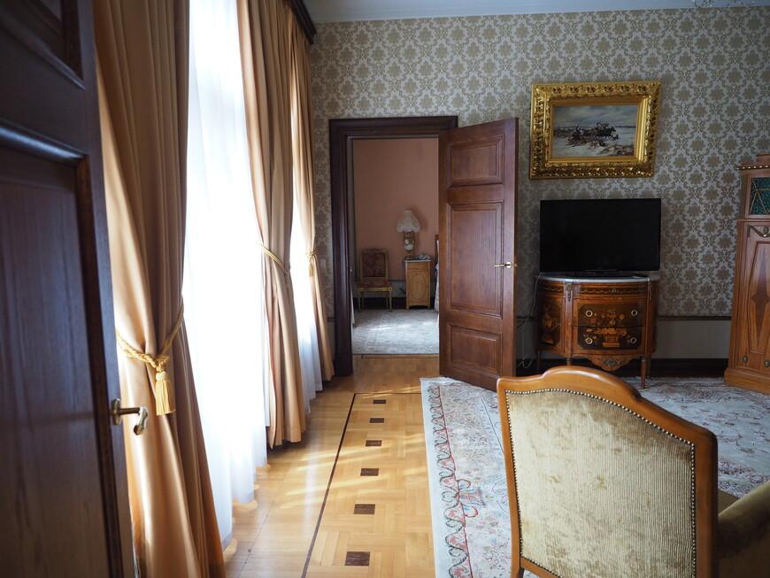 В целом ничего особенного, малогабаритная 3-х комнатная квартира, но правда с роялем и антикварной мебелью.