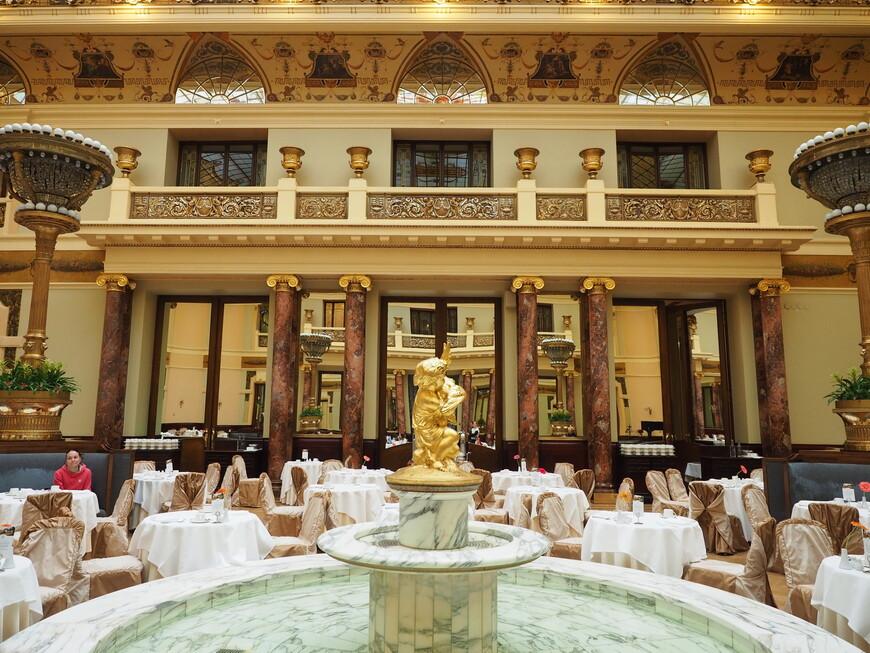 В центре зала фонтан, который включают, когда в зале принимают гостей.