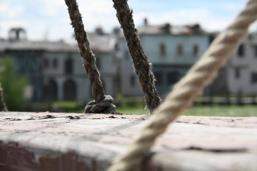 В 100 метрах от городка находится макет фрегата, с которого открывается вид на этот приморский городок