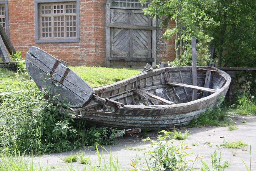 Лодка разваливается на глазах. Через пару лет, её не станет вовсе.