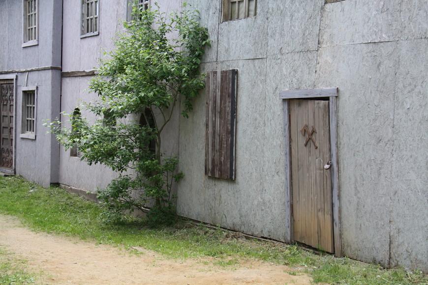 Некоторые здания закрыты на замок. Не для того что бы грабители не вынесли что-то ценное, а для того, чтобы грабителям не обрушился на голову потолок.