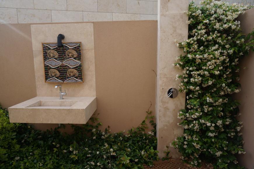 Как приятно принимать душ на свежем воздухе с легким ароматом жасмина!