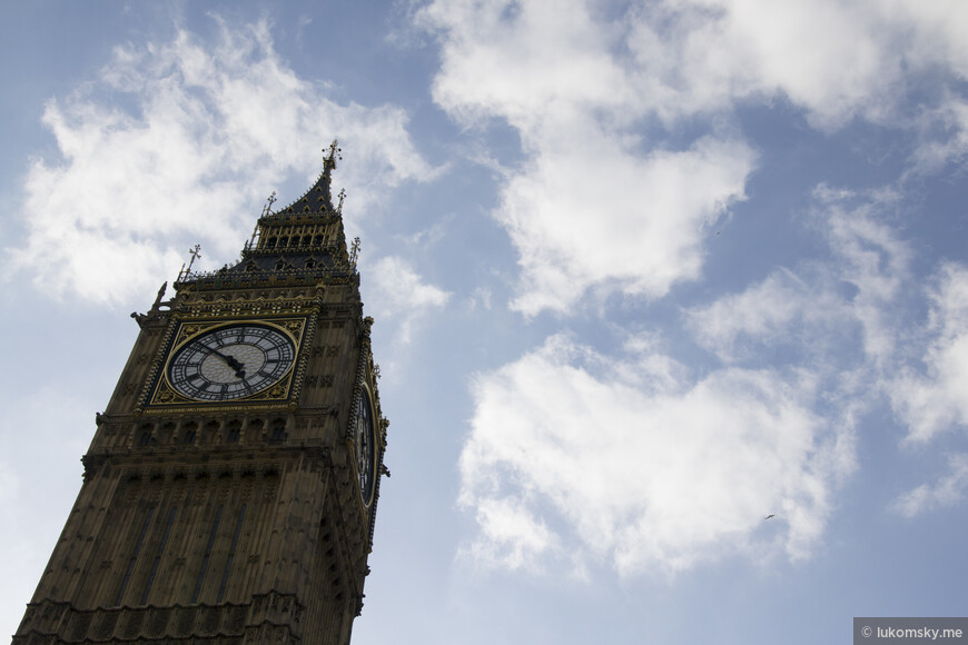 Биг-Бен (англ. Big Ben) — популярное туристическое название часовой башни Вестминстерского дворца. Официальное название башни с 2012 года — Башня Елизаветы (англ. Elizabeth Tower) Изначально «Биг-Бен» являлось названием самого большого из пяти колоколов, однако часто это название по ошибке относят и к часам и к самой часовой башне в целом.