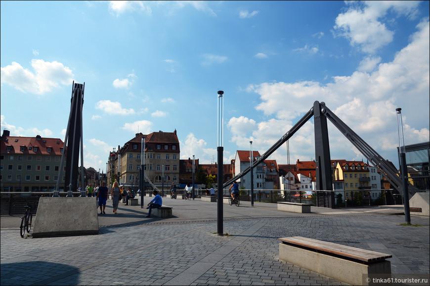 Если идти от вокзала по Луитпольдштрассе, а затем по Кёнингштрассе, то минут через десять   мы окажемся у моста  Кеттенбрюкке  над рекой Регниц.