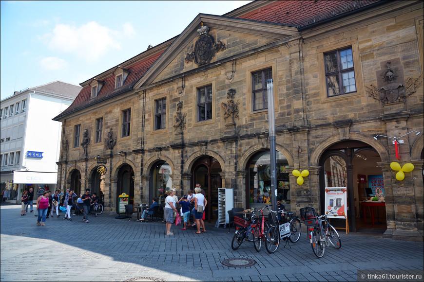 Сразу за мостом -  здание Главного караула, фасад которого украшен разными скульптурами.
