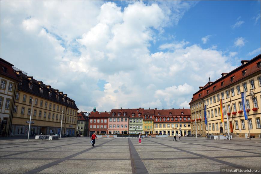 Далее на своём пути в центр видим Максимилиан плац -  просторную элегантную площадь.Площадь названа в честь короля Максимилиана I Баварского и построена в стиле позднего барокко.