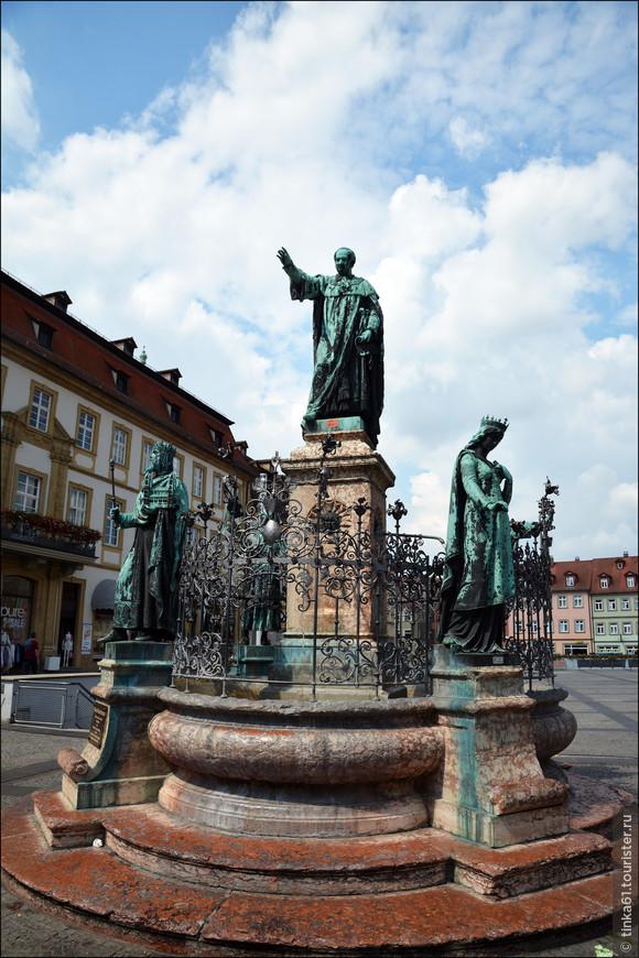 На площади располагается фонтан, посвященный королю Максимилиану.  Статуя на фонтане изображает короля в  окружении выдающихся личностей Бамберга:  короля Генриха II, его жены Кунигунды, епископа Оттона I  и Конрада III.