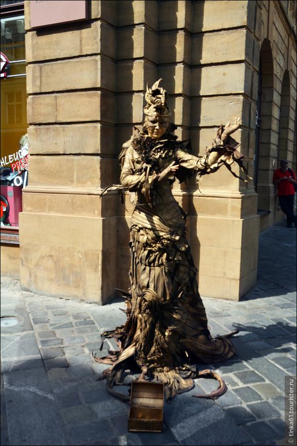 Вокруг  площади повсюду живые статуи и уличные артисты.