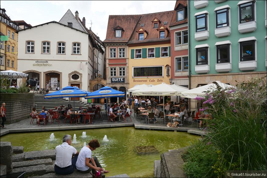Грюнер Маркт вывела меня на  уютную маленькую площадь Обстмаркт с   водоёмом и фонтанами.