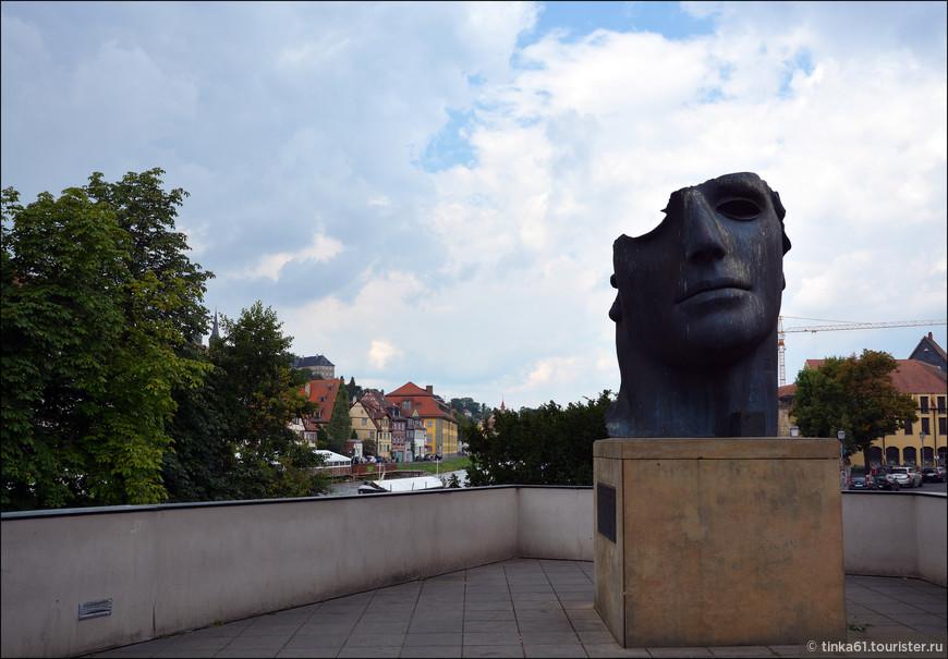 На подходе к Старой Ратуше  стоит несколько  эпатажная  скульптура  польского артиста Игоря Миторая «Центурион I».