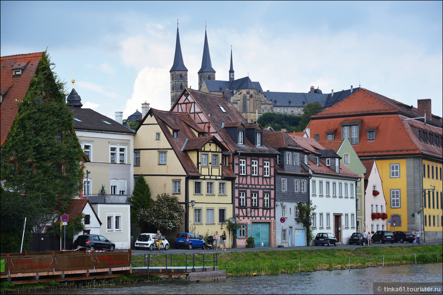Отсюда отлично просматриваются островерхие шпили монастыря Михельсберга, который возвышается над панорамой города.