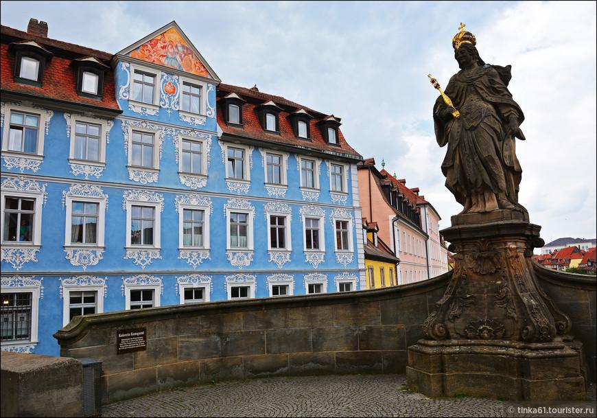 На Нижнем мосту видим памятник  Кунигунде, супруге императора Генриха Второго, которая считается основательницей и покровительницей Бамберга.