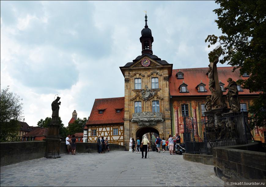 Барочная часть Старой ратуши,  возведенная в первой половине XVIII века, вид со стороны Верхнего моста.