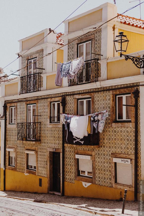 Местные жители сушат белье на балконах и между домами