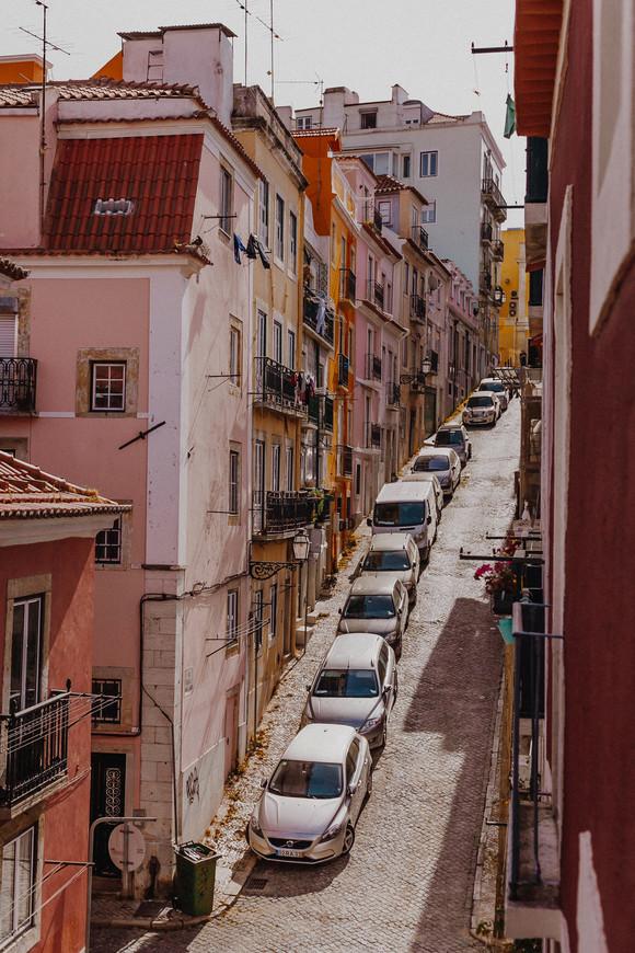 Здесь можно видеть, какие же, действительно, крутые спуски и подъемы в Лиссабоне. Вид с балкона на улицу Санта Катарина, где мы снимали апартаменты.