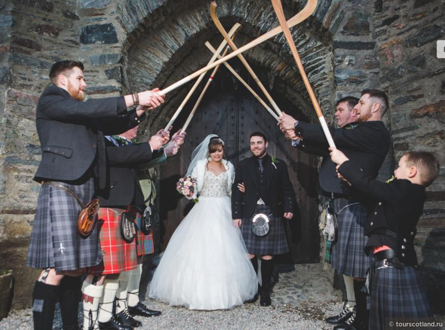 Проход под свадебной аркой