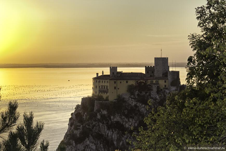 и на сладкое - замок Дуино. Один из старейших замков Фриули Венеция Джулия. С настоящими принцем и принцессой.